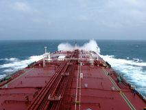 Unter dem blauen Himmel und den weißen Wolken kombinierte Seesegeln über dem Öltanker, VLCC stockbild