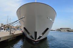 Unter dem Bogen eines großen Bootes Stockfotos