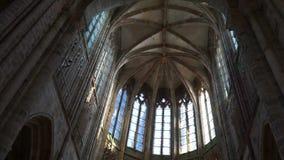 Unter dem Bogen eines Tempels auf der Insel von Mont-Heilig-Michel stock video