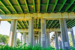 Unter dem Brückenpark Stockfoto