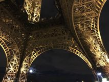 Unter dem Eiffelturm nachts Lizenzfreie Stockfotografie