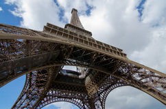 Unter dem großen Eiffelturm Stockbild