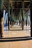 Unter dem Pier Lizenzfreie Stockfotos