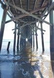 Unter dem Pier am Strand Lizenzfreies Stockbild