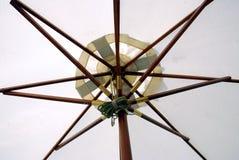 Unter dem Regenschirm Stockfotografie