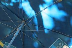 Unter dem Regenschirm Stockfoto