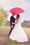 Unter dem roten Regenschirm Stockfoto
