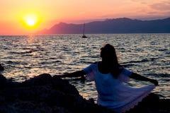Unter dem Sonnenaufgang an der Küste in Makarska, Kroatien Stockbild