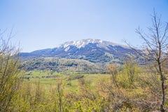 Unter den Bergen in Abruzzo Italien Stockbilder