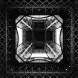 Unter den Eiffelturm, der oben schaut lizenzfreie stockfotografie