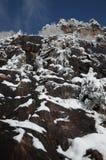 Unter den Felsen und dem Schnee Lizenzfreie Stockfotografie