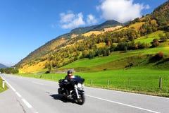 Unter den Hügelmotorradfahrerfahrten Stockfotografie