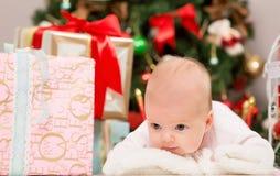 Unter den kleinen Babygeschenken Lizenzfreies Stockfoto