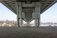 Unter der Ada-Brücke auf dem Fluss Sava in Belgrad, Serbien Stockfotos