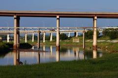 Unter der Brücke im Stadtzentrum gelegen Lizenzfreies Stockfoto