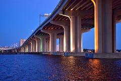 Unter der Brücke mit Lichtern Stockfotografie