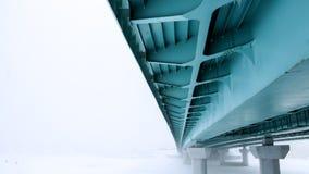 Unter der Brückenansicht in nebeliges Wetter im Winter Stockfoto