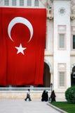 Unter der großen türkischen Flagge Stockbild