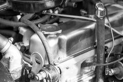 Unter der Haubenabdeckung des Autos Stockfoto