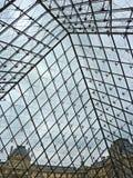 Unter der Louvrepyramide Stockbilder