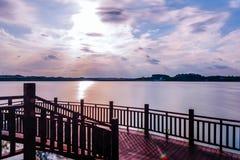 Unter der Sonnenuntergangbetrachtungsplattform Lizenzfreie Stockbilder