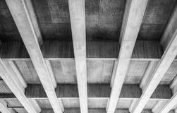 Unter der zentralen Alleen-Brücke Stockfotos