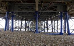 Unter Eastbourne-Strand-Pier im Sommer-Sonnenschein lizenzfreie stockfotografie