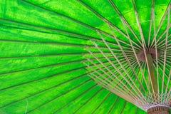 Unter einem grünen Regenschirm Stockfoto