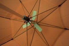 Unter einem orange Regenschirm Lizenzfreie Stockbilder
