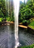 Unter einen Wasserfall Lizenzfreie Stockfotos