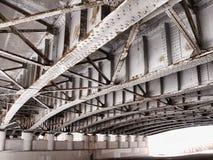 Unter einer Brücke Stockfotos