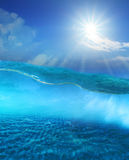 unter klarem Meerwasser mit glänzendem Himmel der Sonne und Sanddüneboden Stockfotografie