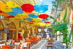 Unter Regenschirmen Stockfoto