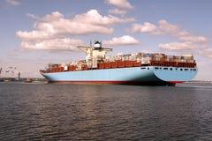 Unter riesigen Containerschiffen Lizenzfreies Stockfoto