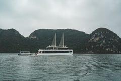 Unter schönen Kalksteinfelsen und abgelegenen Stränden in langer Bucht ha kreuzen, UNESCO-Welterbestätte lizenzfreie stockfotos