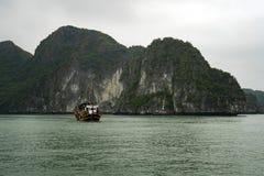 Unter sch?nen Kalksteinfelsen und abgelegenen Str?nden in langer Bucht ha kreuzen, UNESCO-Welterbest?tte stockfoto