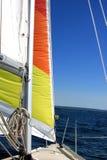 Unter Segel auf einem Segelboot Stockfotografie