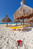 Unter Sonnenschirm in karibischem Meer Lizenzfreie Stockfotografie