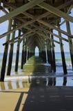 Unter Sonnenuntergang-Strand-Pier stockbild