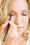 Unter Verwendung der Augenschminke Stockbilder