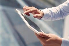 Unter Verwendung der digitalen Tablette lizenzfreie stockbilder