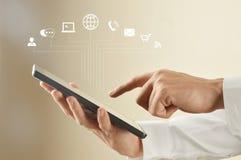 Unter Verwendung der digitalen Tablette mit Kommunikationsikonen stockfoto
