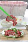 Unter Verwendung der Essstäbchen, zum des Bratenparks zu essen Stockfotografie
