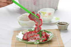 Unter Verwendung der Essstäbchen, zum des Bratenparks zu essen Stockfotos