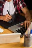Unter Verwendung der professionellen grafischen Tablette Lizenzfreies Stockfoto