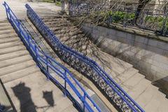 Die treppe und die rollstuhlrampe stockfoto bild von - Rampe rollstuhl treppe ...