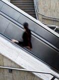 Unter Verwendung der Rolltreppen Stockbild