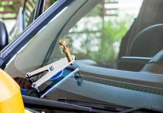 Unter Verwendung der Werkzeuge, die reparieren, um Sprung zu reparieren Lizenzfreies Stockbild