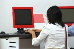 Unter Verwendung des Computers am Flughafen Lizenzfreies Stockfoto
