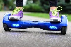 Unter Verwendung des elektrischen intelligenten Rollers selbstabgleichendes Hoverboard Stockbild